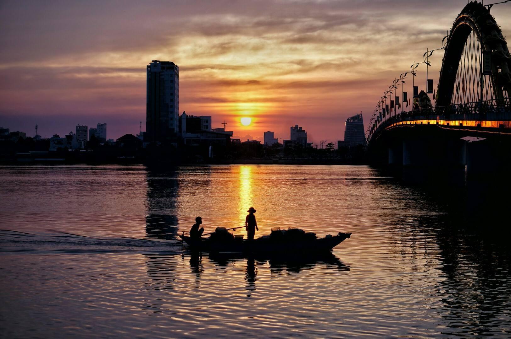 Bình minh bên sông Hàn.